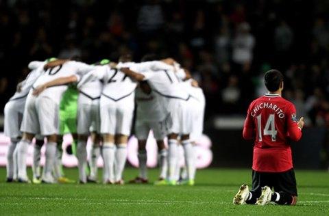 Javier Hernandez kneels and prays before playing Swansea